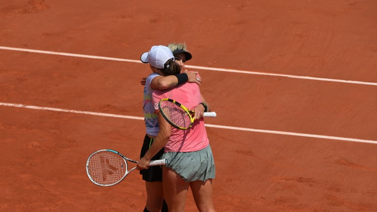 Mattek-Sands and Swiatek have dropped just one set in doubles through four wins in Paris (FFT Media).